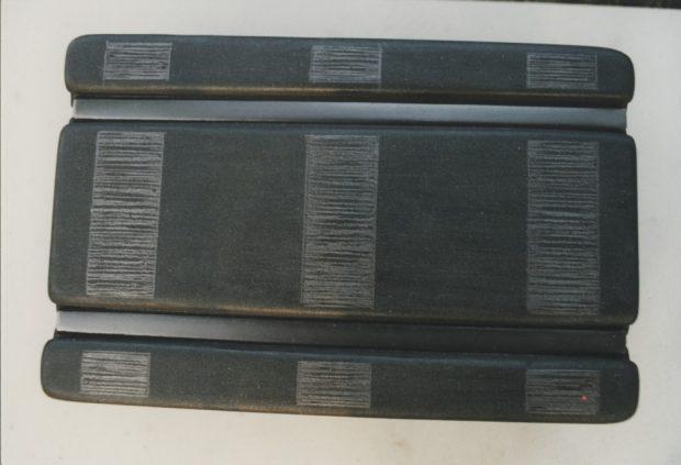 Melnais galds ar sliedēm un informativo tekstu